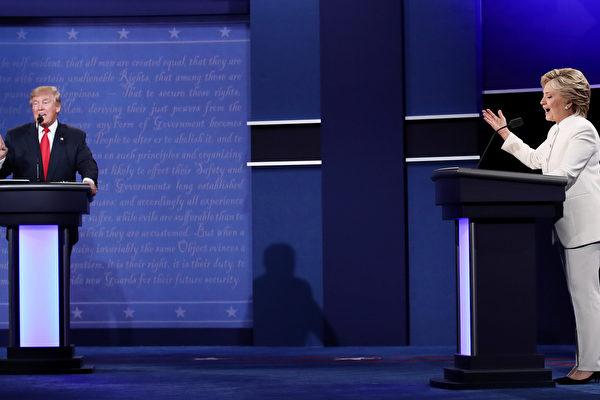 2016年10月19日,川普與希拉里在美國大選電視辯論會中。 (Win McNamee/Getty Images)