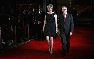 英首相夫妇电视秀恩爱 当年一见钟情