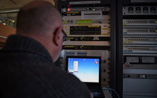 法国总统候选人马克龙的竞选委员会表示,黑客攻击了电脑系统,将大量被泄资料放到网上,企图影响选情。(GUILLAUME SOUVANT/AFP/Getty Images)