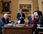由于对自己的团队无力遏制通俄门危机而感到挫折,川普(特朗普)总统在考虑对白宫人员进行重大洗牌,召回大选策略师。( Drew Angerer/Getty Images)