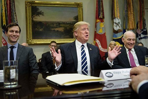 美国总统川普(特朗普)周四(5月11日)签署网络安全行政命令,指示联邦政府审查网络漏洞及要求各机构采取具体的安全措施。(BRENDAN SMIALOWSKI/AFP/Getty Images)