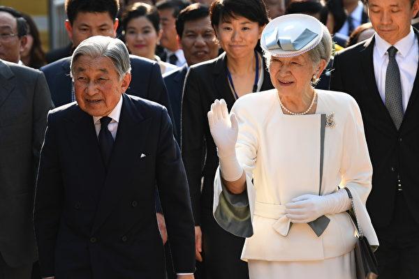 日本内阁周五通过一项法案,为明仁天皇(Akihito)退位铺路,如果国会通过,这将是日本近二个世纪以来,首次在位天皇退位。图为明仁及夫人2017年3月首访越南。(HOANG DINH NAM/AFP/Getty Images)