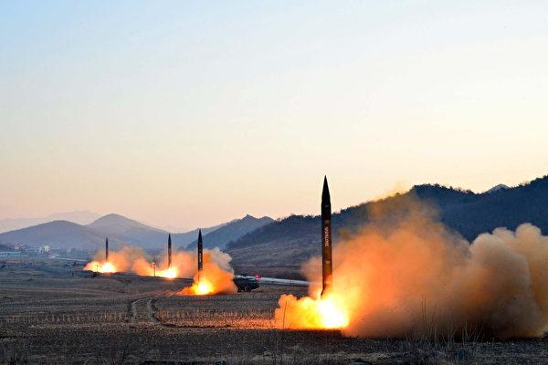 """外媒最新消息称,朝鲜高官在内部演讲中声称,新型导弹火星12号""""研发成功"""",已将整个中国纳入朝鲜的核武器射程范围。图为朝鲜3月6日试射4枚导弹。(STR/AFP/Getty Images)"""