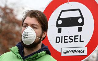 柴油车尾气排放问题严重,联邦环保局最新调查显示,达到欧盟最严格的环保标准,其实际排放仍然超标。图为今年3月绿色和平组织举行的一次抗议活动。 (Adam Berry/Getty Images)