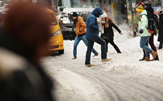 雖然日曆說現在是春天,但是美國東海岸的人們本週將揮汗如雨,而西海岸的一些居民將揮動雪鏟。(Spencer Platt/Getty Images)