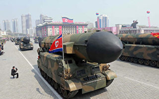 图为朝鲜今年4月阅兵式展示的导弹。( STR/AFP/Getty Images)