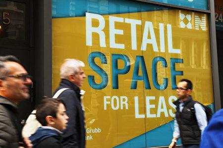 大量零售店關閉導致更多空位等待出租,圖為紐約曼哈頓下城。 (Photo by Spencer Platt/Getty Images)