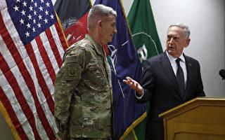 美國國防部長馬蒂斯(右)於4月24日曾突訪阿富汗,與阿富汗領導和美駐阿富汗軍官會面,評估美國在阿富汗長達15年的戰爭,並掌握阿富汗衝突的最新情況。(Photo by Jonathan Ernst - Pool/Getty Images)