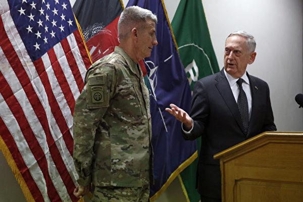 美国国防部长马蒂斯(右)于4月24日曾突访阿富汗,与阿富汗领导和美驻阿富汗军官会面,评估美国在阿富汗长达15年的战争,并掌握阿富汗冲突的最新情况。(Photo by Jonathan Ernst - Pool/Getty Images)