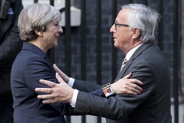 英国首相特蕾莎•梅上周在唐宁街宴请欧盟委员会主席容克。德国媒体报导说,由于立场差异太大,晚宴不欢而散。( JUSTIN TALLIS/AFP/Getty Images)