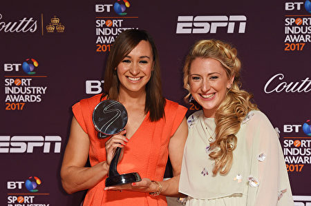 LONDON, ENGLAND - APRIL 27: Dame Jessica Ennis-Hill poses with the Outstanding Contribution to Sport award sponsored by Vitality and Laura Kenny during the BT Sport Industry Awards 2017 at Battersea Evolution on April 27, 2017 in London, England. The BT Sport Industry Awards is the most prestigious commercial sports awards ceremony in Europe, where over 1,750 of the industry's key decision-makers mix with high profile sporting celebrities for the industry's most anticipated night of the sport business calendar. (Photo by 影视圈最近又有颁奖典礼了吗?这两位一线明星是谁?这两位虽然不是影视明星或者歌星,但是在英国的知名度丝毫不逊色于她们。左边这位是连续两届在奥运会上获得女子七项全能冠军和亚军的Jessica Ennis-Hill,右边是夺得四枚奥运金牌的自行车选手Laura Kenny。图为她们一起参加全欧洲最著名的商业体育奖项BT体育奖的颁奖仪式。(Anthony Harvey/Getty Images)