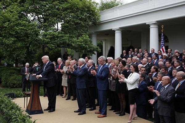 5月4日,眾議院共和黨人和川普總統一起在玫瑰園慶祝新健保法在眾議院獲得通過。(Alex Wong/Getty Images)