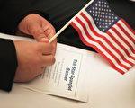 美国总统川普(特朗普)今年3月签署的旅行限制令,受到法律挑战,东西两岸联邦巡回上诉法院将在五月举行听证会。首场听证会周一在第四巡回上诉法院听证会首先登场。(Scott Olson/Getty Images)