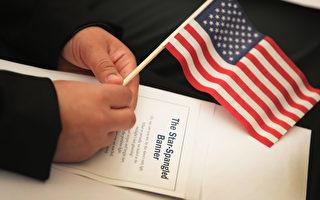 美國總統川普(特朗普)今年3月簽署的旅行限制令,受到法律挑戰,東西兩岸聯邦巡迴上訴法院將在五月舉行聽證會。首場聽證會週一在第四巡迴上訴法院聽證會首先登場。(Scott Olson/Getty Images)
