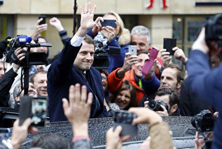 图为5月7日第二轮投票中,马克隆与选民会面。 (Thierry Chesnot/Getty Images)
