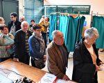 根據法國內政部的信息,在週日中午時分對投票情況的分析來看,上午現身投票點進行投票的選民要比上次總統大選(即2012年)少。圖為法國選民排隊投票。 (JEAN-FRANCOIS MONIER/AFP/Getty Images)