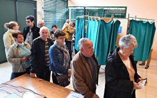 根据法国内政部的信息,在周日中午时分对投票情况的分析来看,上午现身投票点进行投票的选民要比上次总统大选(即2012年)少。图为法国选民排队投票。 (JEAN-FRANCOIS MONIER/AFP/Getty Images)