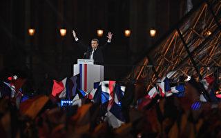 """马克龙胜选后向法国人民和全世界发表讲话说,法国展开历史新一页,但他希望这是""""希望和重建信任的一页""""。(Photo by Jeff J Mitchell/Getty Images)"""