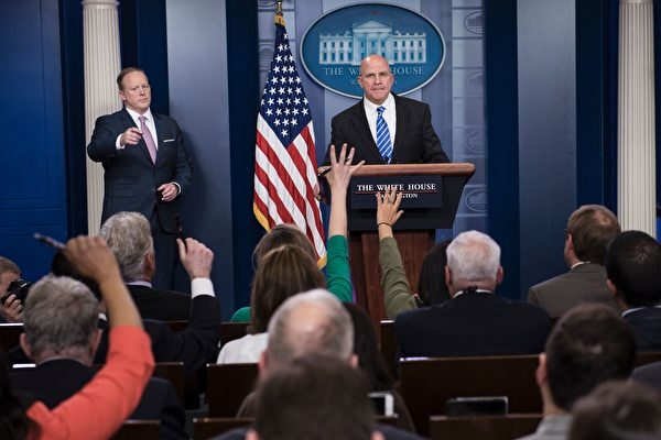 美國國家安全顧問麥克馬斯特(圖中)週五在白宮宣布,下週川普總統將在上任後首次出訪中東及歐洲,他此行的三大目標是重申美國對世界的領導力;繼續加強美國與國際領袖的關係;向盟友釋放團結的信號。(BRENDAN SMIALOWSKI/AFP/Getty Images)