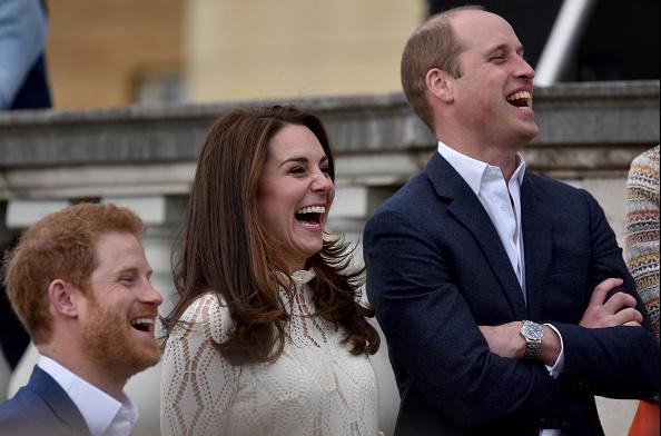 5月13日, 威廉王子、凯特、哈里王子一起在白金汉宫的草地上,与为英国捐躯的军人的孩子们一起欢乐聚会。(Andrew Parsons / GettyImages)