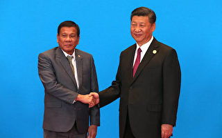 """菲律宾总统府20日证实,习近平与菲律宾总统杜特尔特,日前在北京就南海争端进行了激烈的言词交锋。图为杜特尔特(左)15日在北京出席""""一带一路""""高峰论坛时与习近平(右)握手。 (Roman Pilpey-Pool/Getty Images)"""