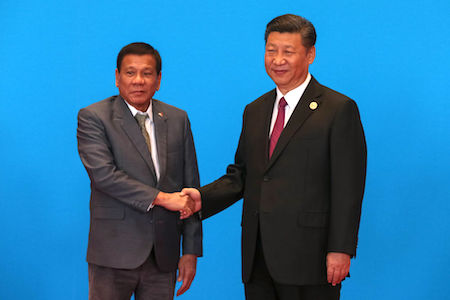 菲律賓總統府20日證實,習近平與菲律賓總統杜特爾特,日前在北京就南海爭端進行了激烈的言詞交鋒。圖為杜特爾特(左)15日在北京出席「一帶一路」高峰論壇時與習近平(右)握手。 (Roman Pilpey-Pool/Getty Images)