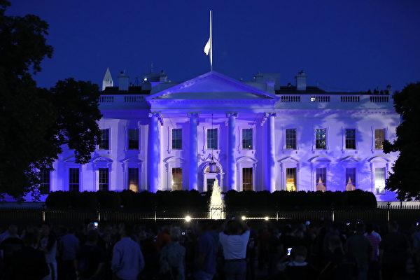 5月15日晚,白宮被照亮為藍色,以示川普政府對美國警員執法工作的聲援。(Mark Wilson/Getty Images)