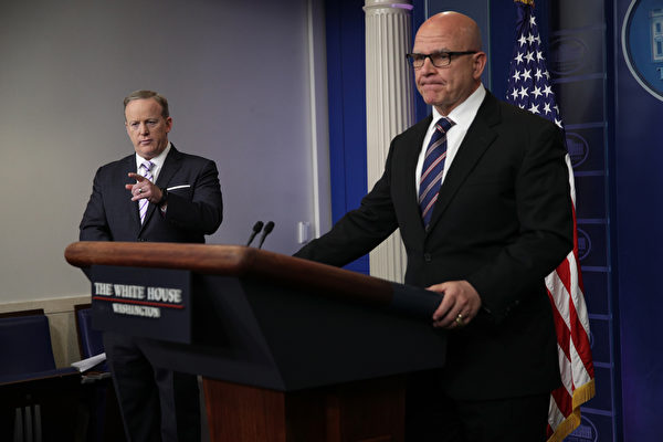國家安全顧問麥克馬斯特週二(5月16日)堅定捍衛川普(特朗普)總統跟俄羅斯官員的談話,說它完全合適。(Alex Wong /Getty Images)