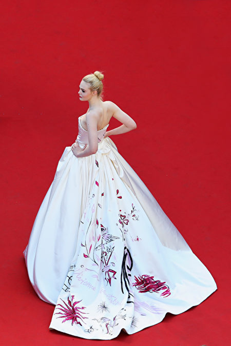 CANNES, FRANCE - MAY 17: ( EDITORS NOTE: This image has been processed using digital filters) Actress Elle Fanning attends the 'Ismael's Ghosts (Les Fantomes d'Ismael)' screening and Opening Gala during the Opening Ceremony of the 70th annual Cannes Film Festival at Palais des Festivals on May 17, 2017 in Cannes, France. (Photo by Vittorio Zunino Celotto/Getty Images for Kering)
