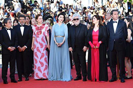2017年5月17日,担任评委的范冰冰(中)出席第70届戛纳电影节开幕式,左为韩国导演朴赞郁,右三为电影节评委会主席、西班牙导演阿尔莫多瓦。(Pascal Le Segretain/Getty Images)