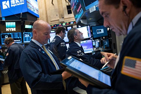 受到美國華府政壇動盪的影響,美國三大股指週三大跌,所幸週四開盤回穩,小幅上漲。(Drew Angerer/Getty Images)