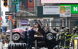 纽约时代广场18日发生汽车冲撞行人的事故,造成1人死亡,至少22人受伤。图为警方正在现场检查肇事车辆。(Drew Angerer/Getty Images)