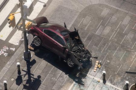 美国一名有酒驾前科的海军退伍军人18日在纽约时代广场附近驾车时,撞向行人,造成1人死亡,至少22人受伤。图为警方正在检查肇事车辆。(EDUARDO MUNOZ ALVAREZ/AFP/Getty Images)(Drew Angerer/Getty Images)