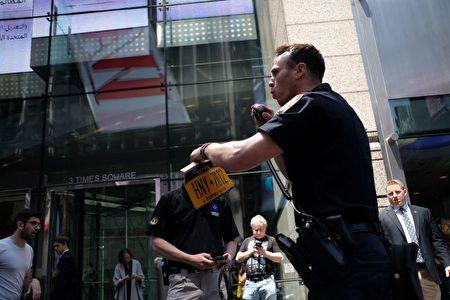 一名纽约警察捡起肇事车的车牌。(JEWEL SAMAD/AFP/Getty Images)