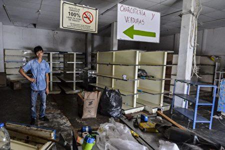 5月18日,被抢劫一空的超市。 (Photo credit should read LUIS ROBAYO/AFP/Getty Images)