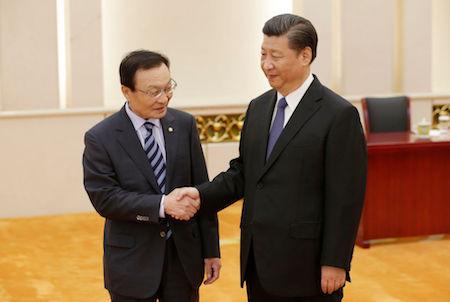 习近平(右)19日在北京会见了韩国特使李海瓒(Lee Hae-chan)(右)。(JASON LEE/AFP/Getty Images)