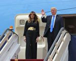 梅拉尼婭(Melania Trump)隨川普到訪沙特,身著黑色長袖上衣及長褲,中間繫一個大大的金色腰帶,沒有戴頭巾。(MANDEL NGAN/AFP/Getty Images)