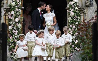 婚礼仪式过后,新人走出教堂时的对望,前面是包括乔治王子在内的花童和伴娘们。( Justin Tallis - WPA Pool/Getty Images)