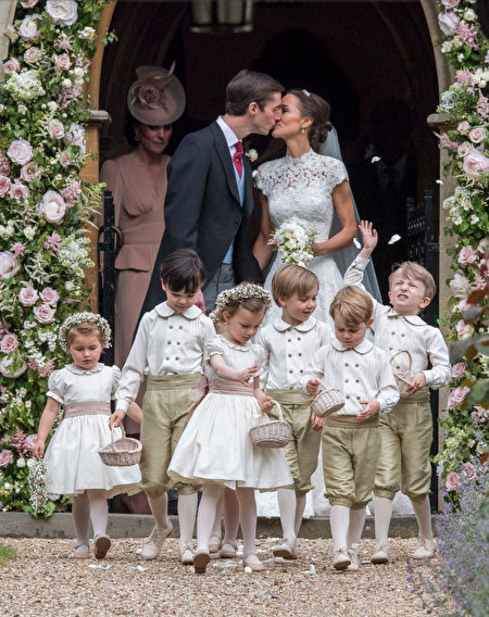 ENGLEFIELD GREEN, ENGLAND - MAY 20: Pippa Middleton and James Matthews kiss after their wedding at St Mark's Church on May 20, 2017 in Englefield, England.(Photo by Arthur Edwards - WPA Pool/Getty Images)