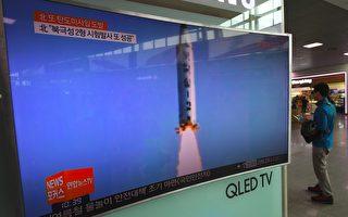 據韓國聯合參謀本部的聲明,當地時間週一(5月29日),朝鮮再次發射彈道導彈。圖為5月22日,朝鮮播出導彈試射的電視畫面。 (Photo credit should read JUNG YEON-JE/AFP/Getty Images)