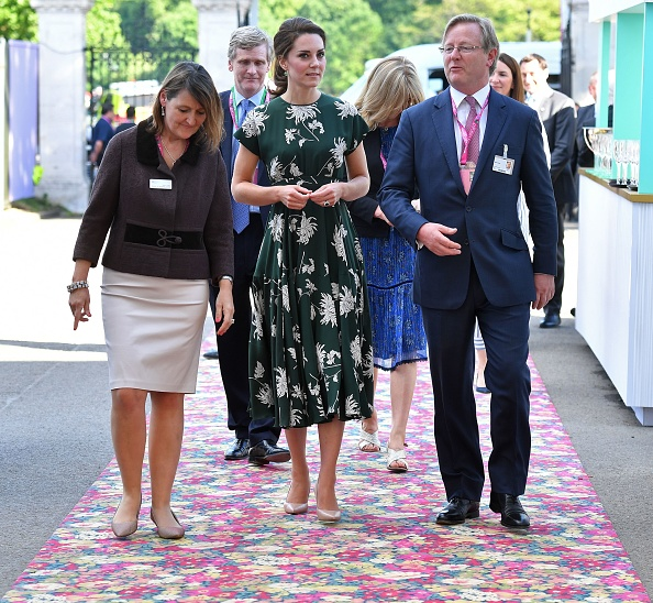 Britain's Catherine, Duchess of Cambridge (C), talks with Royal Horticultural Society (RHS) judge Mark Fane (R) as she arrives at the Chelsea Flower Show in London on May 22, 2017. The Chelsea flower show, held annually in the grounds of the Royal Hospital Chelsea, opens to the public this year from May 22. / AFP PHOTO / POOL / Ben STANSALL (Photo credit should read BEN STANSALL/AFP/Getty Images)