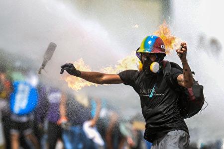 5月22日,委内瑞拉首都Caracas的示威者。 ( FEDERICO PARRA/AFP/Getty Images)