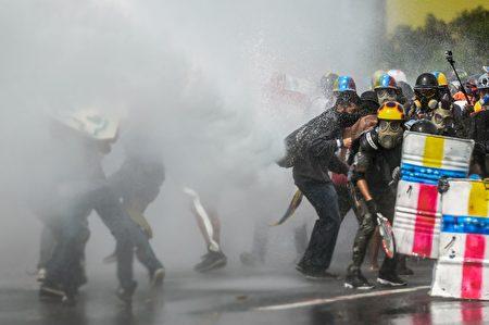 5月22日,委内瑞拉首都,示威者同警方冲突。(FEDERICO PARRA/AFP/Getty Images)
