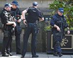 英国警察已经确认了自杀炸弹客的身份,并对曼彻斯特市房屋进行突击搜查,希望抓到更多同谋。(Photo by Jeff J Mitchell/Getty Images)