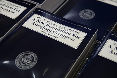 白宫周二(5月23日)公布的川普2018年预算显示,未来十年川普政府将会削减很多福利预算,包括食品券和医疗补助,以力图在十年内平衡联邦预算。(Photo by Alex Wong/Getty Images)
