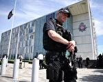 曼彻斯特警察局在声明中说,他们逮捕了一名跟攻击有关的23岁男子。爆炸案之后,数百名警察搜索全城。(Leon Neal/Getty Images)