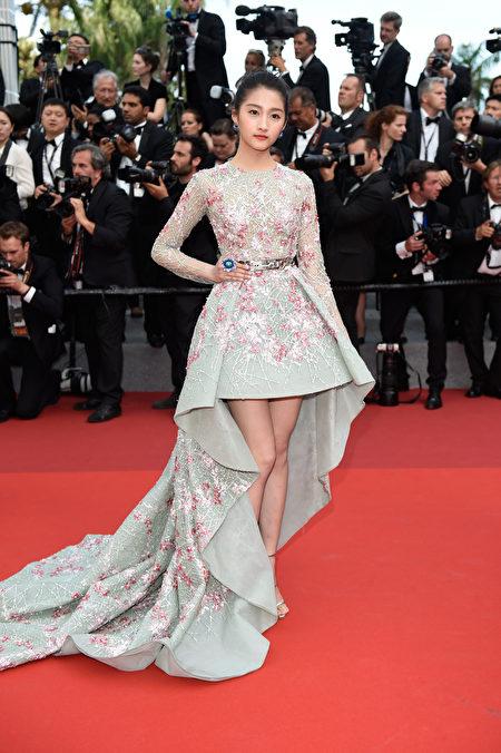 2017年5月23日,关晓彤亮相第70届戛纳影展庆典晚会红毯。(Antony Jones/Getty Images)