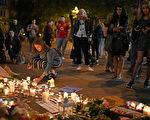 英国首相特蕾莎.梅星期二(5月23日)宣布,已经将英国的恐怖威胁级别提高到最高水平。图为民众悼念遇难者。(Photo by Jeff J Mitchell/Getty Images)