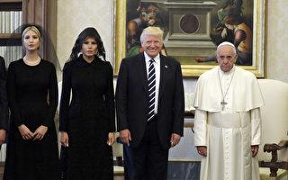 教宗希望川普成為和平的締造者,川普承諾將不會忘記教宗說的話。兩人還互通了禮物,巧合的是,雙方的禮物都代表著和平。(Photo credit should read EVAN VUCCI/AFP/Getty Images)