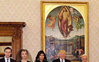 5月24日,美国第一夫人和第一女儿访问教皇的时候,都是一袭黑衣,带着黑色面纱。       (ALESSANDRA TARANTINO/AFP/Getty Images)